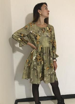 Зелёное платье воланами в цветы