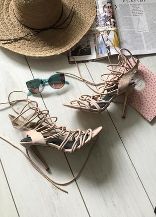 Красивые босоножки на шнуровке