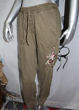 Хаки штаны с вышивкой new look