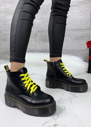 Черные ботинки деми из натуральной кожи с желтыми шнурками