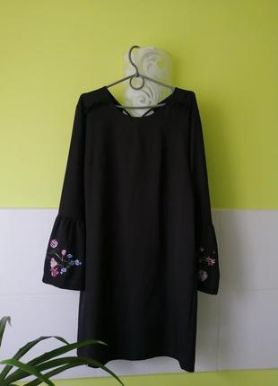 Платье с вышивкой на рукавах amisu