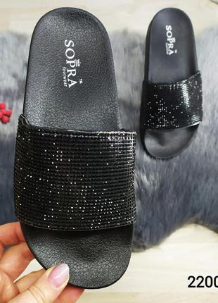 Модные женские шлепанцы черные в стразах sopra