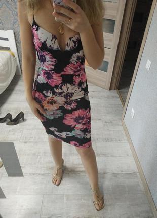 Красивое платье миди с красивым декольте в цветы