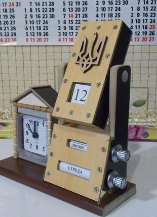 Настольный механический календарь с часами
