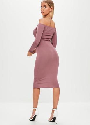 Обтягивающее трикотажное платье миди с открытыми плечами и дли...