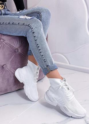 Белые женские кроссовки в сетку