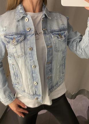 Стильная голубая джинсовая куртка amisu есть размеры