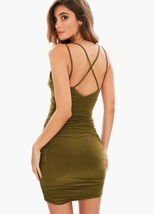 Роскошное платье в расцветке хаки со сборками и перекрестной с...