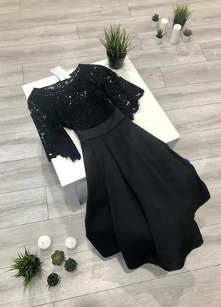Чёрное приталенное платье миди с кружевом и расклешенной юбкой...