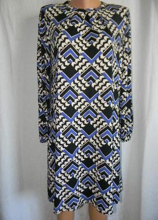 Трикотажное платье с геометрическим принтом
