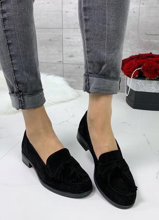 Чёрные замшевые туфли на низком каблуке