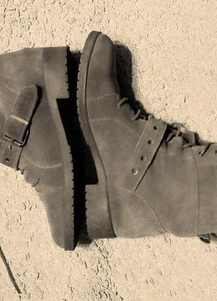 Bershka демисезонные ботинки серого цвета на шнуровке/ натурал...