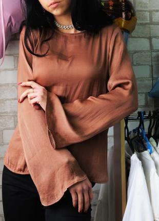 Блуза с рукавом клеш и удлинением по спинке