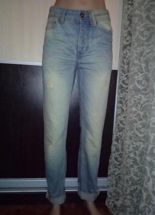 Стильные джинсы мом с потертостями