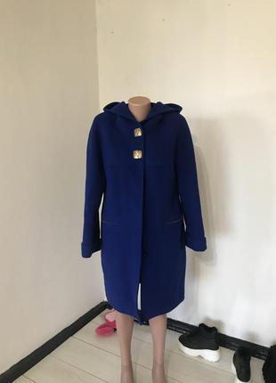 Темно синее пальто с капюшоном