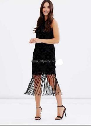 Черное платье из бархата с длинной бахромой кисточки
