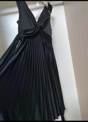 Черное платье в греческом стиле с завышенной талией и плисеров...