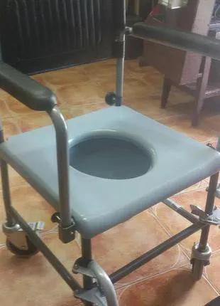 Туалет мобильный для людей с ограниченными возможностями.