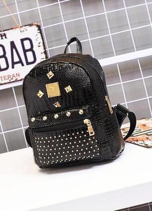 Черный лаковый рюкзак городской с заклепками