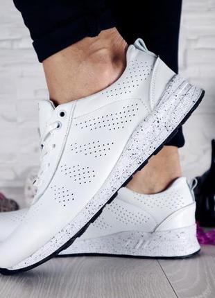 Женские кроссовки кожаные белые