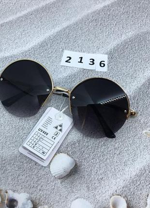 Солнцезащитные очки с черными линзами в ободке полукругом к. 2136