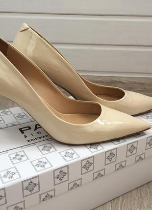 Стильные лаковые туфли-лодочки
