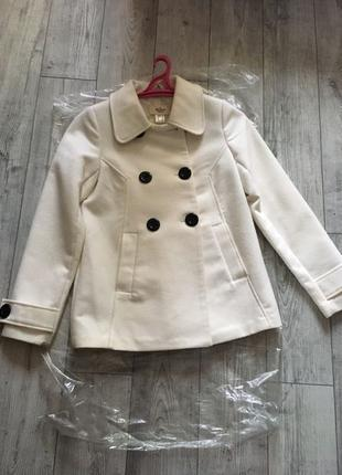 Белое пальто на пуговицах