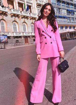 Розовый брючный костюм с двубортным пиджаком в стиле zara