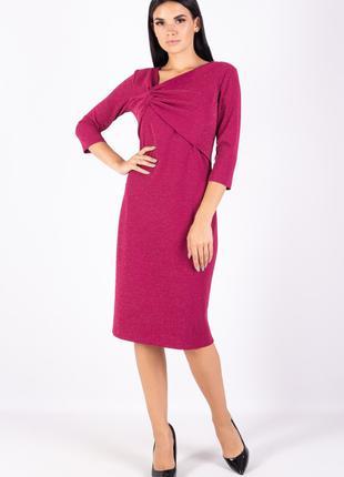 Платье полуприлегающего силуэта длиной ниже колен розовое