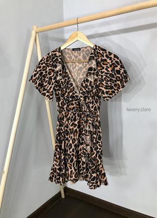 Платье на запах в лео принт с рюшами