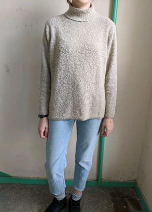 Бежевый свитер под горло