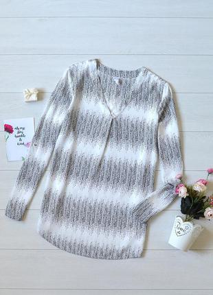 Красива чорно-біла блуза