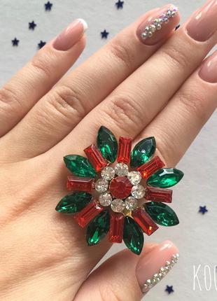 Крупное кольцо с зелёными и красными камнями