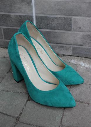 Яркие туфли из натуральной замши