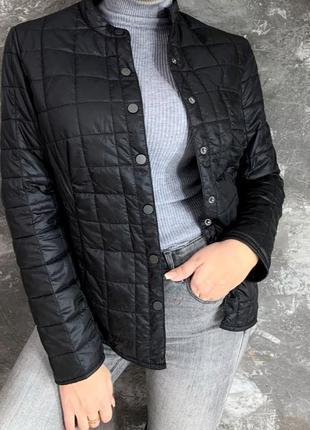Женская слегка утепленная куртка черного цвета