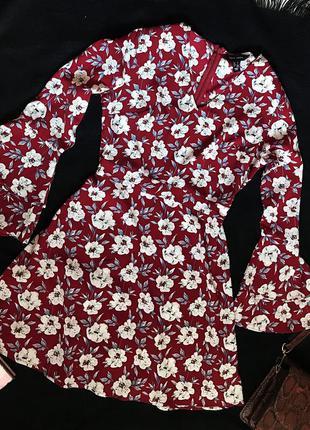 Шикарное актуальное платье в цветочный принт рукава клёш