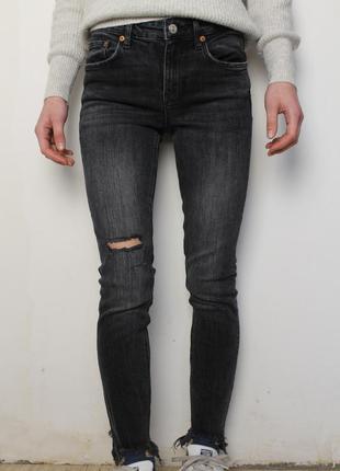 Zara джинсы скини серые со средней посадкой внизу рваные