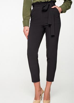 Чёрные зауженные брючки брюки с поясом с высокой посадкой