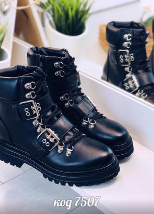 Черные ботинки деми с пряжками