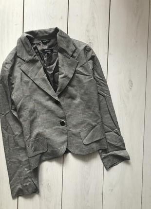 Серый клетчатый пиджак
