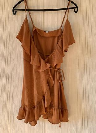 Нюдовое платье с воланами на запах
