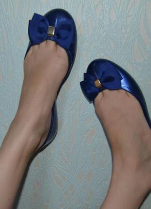 Большой выбор обуви разных размеров и фасонов