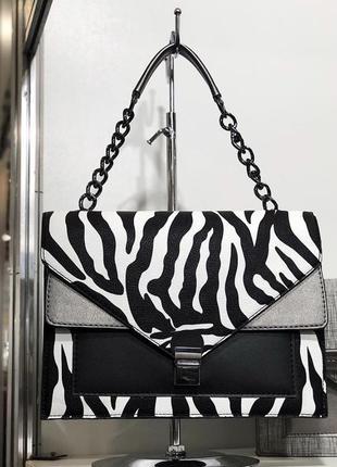 Женская красивая сумка с цепочкой черно-белая зебра