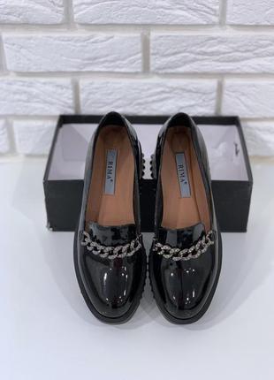 Туфли на низком каблуке с цепями