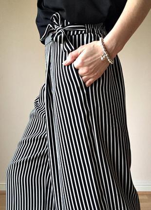 Модные высокие брюки-кюлоты в черно-белую полоску с карманами ...
