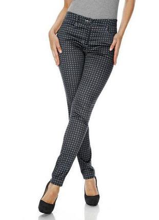 Женские брюки весенние в мелкий рисунок.