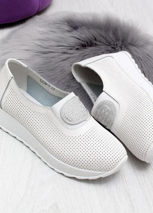Стильные белые кроссы
