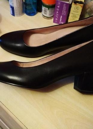 Шикарные кожаные туфли в состоянии новых.