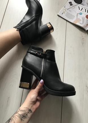 Чёрные ботинки на каблуке