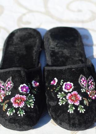 Велюровые домашние тапочки  с вышивкой из бисера